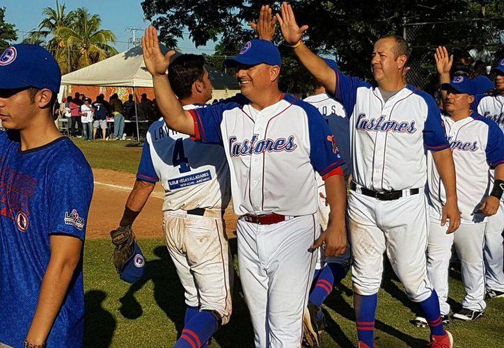 Los jugadores de Castores de Mérida celebran su victoria sobre Tizimín. (Milenio Novedades)