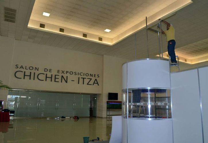 """Un trabajador pone los últimos detalles en el Centro de Convenciones """"Yucatán Siglo XXI"""", donde se realizará la cumbre de procuradores, que inicia hoy y culmina el viernes. (Milenio Novedades)"""