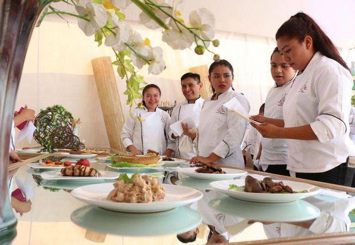 En el plantel Mérida I del Conalep se realizó una muestra gastronómica financiada por los propios alumnos y que incluyó alimentos y bebidas del México prehispánico y de Francia. (Foto: José Acosta)