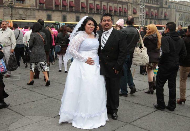 El matrimonio en México se lleva a cabo bajo dos tipos de 'contratos': por separación de bienes o por bienes mancomunados. La imagen corresponde a una boda colectiva en la Ciudad de México y cumple funciones estrictamente referenciales. (Archivo/Notimex)