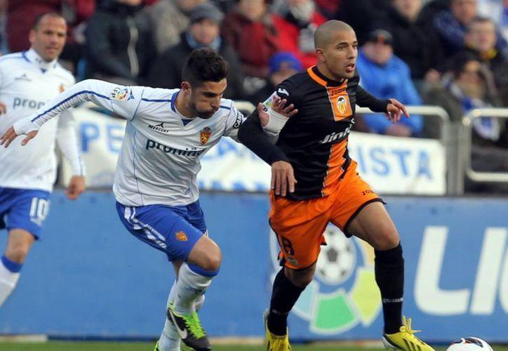 Víctor Ruiz (d), del Valencia, conduce el balón perseguido por Alvaro, defensa del Zaragoza. (EFE)