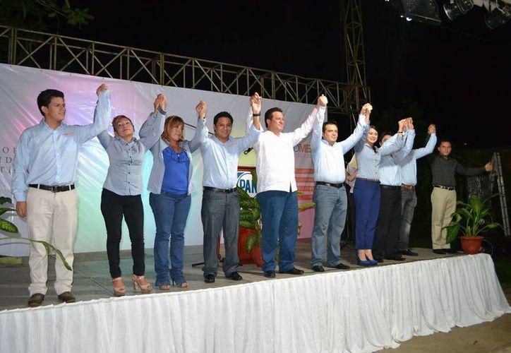El diputado Edgardo Medina Rodríguez acompañado de su equipo de trabajo. (SIPSE)