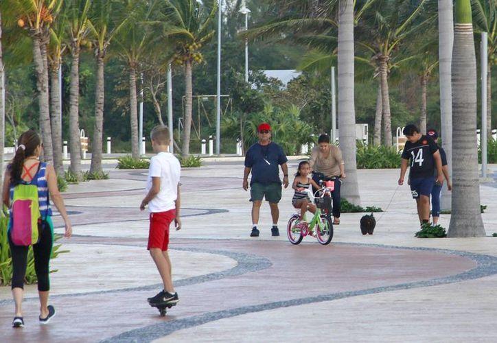 La ciudad necesita andadores donde la gente se proteja del sol. (Jesús Tijerina/SIPSE)