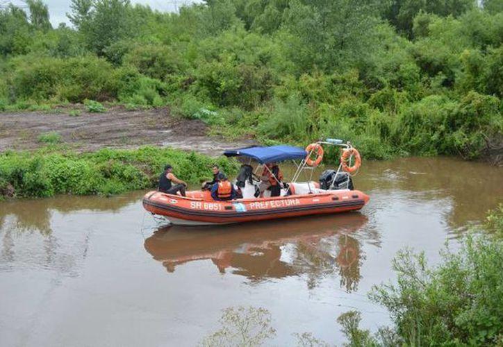 Entre los muertos están dos de los hijos del tripulante de la barcaza hundida que falleció el domingo en un naufragio en el río Espinillo. Imagen de una lancha de rescate en la zona. (@abrazooz)