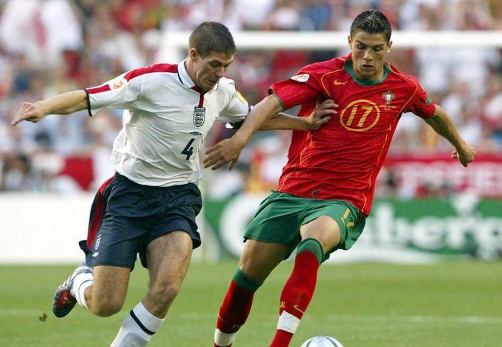 Cristiano Ronaldo (d) envió un afectuoso saludo a Steven Gerrard tras su retiro profesional. Ambos se enfrentaron muchas veces en la Liga Premier y con sus selecciones. (EFE)
