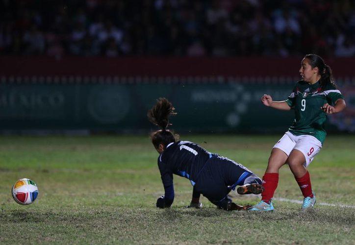 Charlyn Corral, quien en la foto aparece durante un partido de Juegos Centroamericanos, fue excluida de la Selección Mexicana debido a que padece varicela y no podrá estar en los Panamericanos. (Notimex)