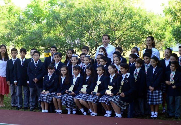 Alumnos de primaria que integraron la delegación que viajó a Saltillo, Coahuila, donde tuvieron una destacada participación. (Luis Pérez/SIPSE)