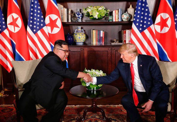 Antes del encuentro entre los equipo de trabajo, Trump y Kim se reunieron en privado, sólo con sus traductores. (Notimex)