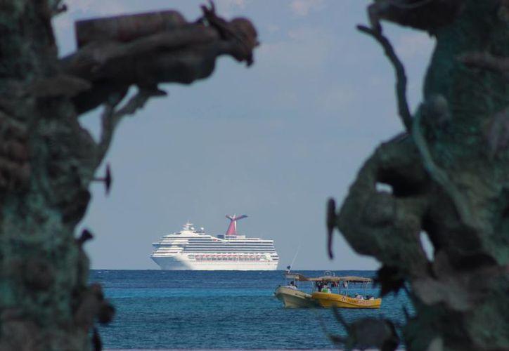 A partir del lunes el flujo de pasantes se abre con la llegada de un solitario barco en los muelles del sur. (Gustavo Villegas/SIPSE)