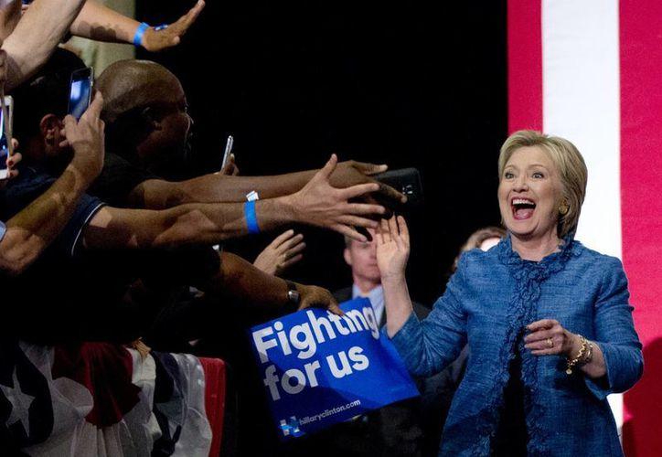 Hillary Clinton sigue en la cima de las preferencias del electorado por el lado demócrata. (AP)
