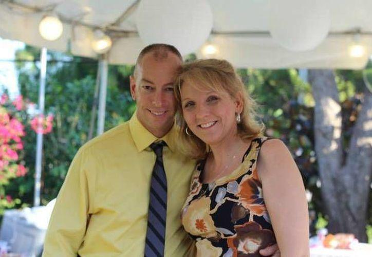 Paul Johnson y su prometida Shelly Osterhout contraerán nupcias el próximo 10 de octubre y después ofrecerán una fiesta para mil 600 desconocidos. La pareja dijo haberse inspirado en la comedia romántica 'Los caza Novias'. (AP)