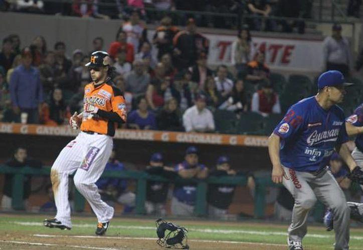 El cubano Yunesky Sánchez conectó dos imparables para contribuir a la victoria de Naranjeros de Hermosillo sobre Algodoneros de Guasave. (lmp.com.mx)