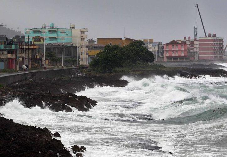 """Vista del malecón de la ciudad de Baracoa en Guantánamo (Cuba). El """"extremadamente peligroso"""" huracán de categoría 4 Matthew, que presenta vientos máximos sostenidos 230 km/h. (EFE)"""