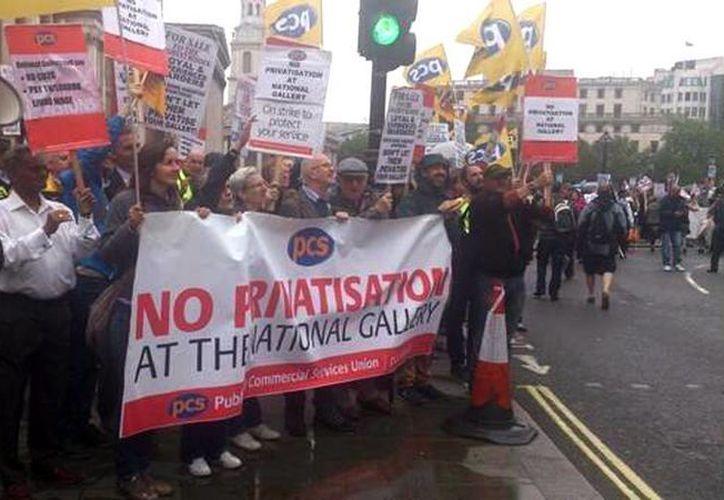 Por medio de las redes sociales se publicaron imágenes sobre las protestas que se realizan en  Gran Bretaña.(twitter.com/occupybarcelona)
