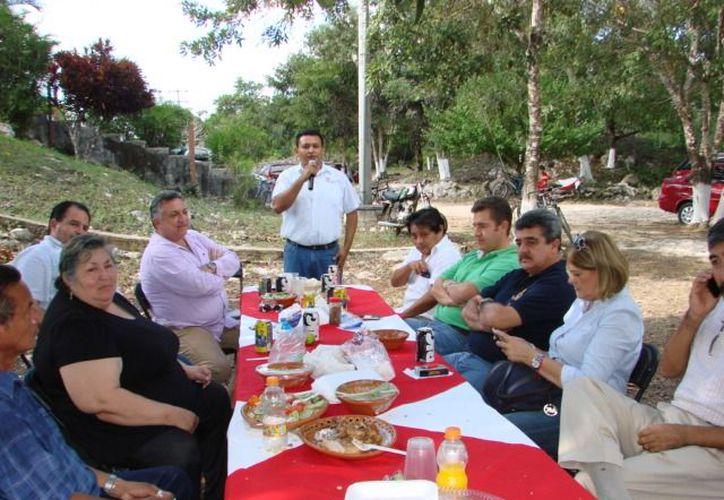 Los funcionarios estuvieron presentes en la pre-posada con trabajadores de la estación Radio Chan Santa Cruz. (Redacción/SIPSE)