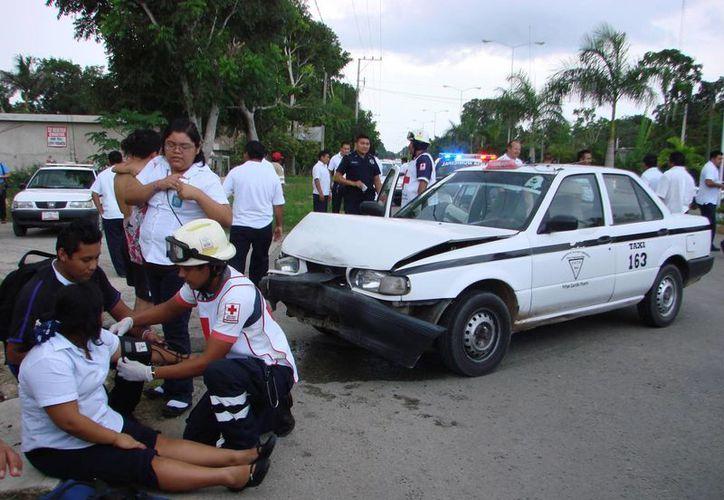 Paramédicos de la Cruz Roja atendieron a la joven lesionada. (Manuel Salazar/SIPSE)