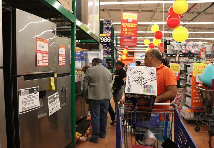 Trabajadores del Estado aprovecharon las primeras ofertas en los hipermercados.