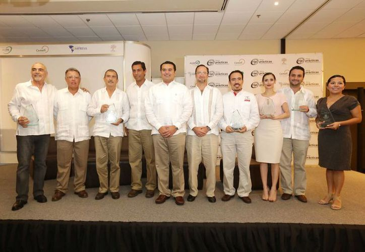 Imagen de la entrega de los reconocimientos a empresarios de manos del alcalde de Mérida, Renán Barrera Concha. (Milenio Novedades)