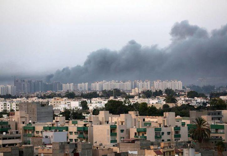 Trípoli, capital de Libia, durante un bombardeo reciente. La violencia en ese país ha obligado a cancelar la organización de la Copa Africana de Naciones. (EFE)