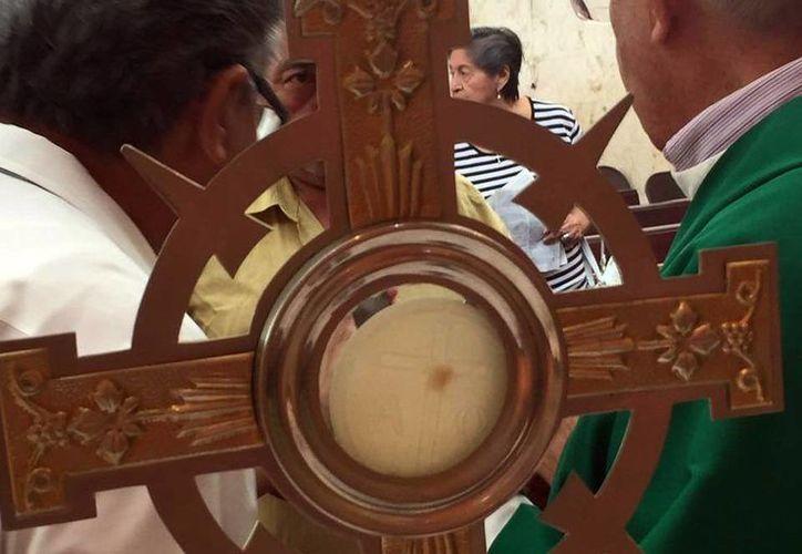 Imagen de la hostia con una supuesta gota de sangre, este 'milagro' sucedió en la capilla Villita de Guadalupe, de la colonia Gonzalo Guerrero, en Mérida. (Milenio Novedades)