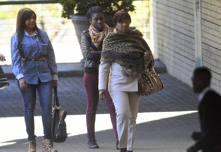 La nieta de Mandela, Ndileka (izda) y su bisnieta Makaziwe (dcha), a su llegada al hospital en el que su abuelo permanece ingresado. (EFE)