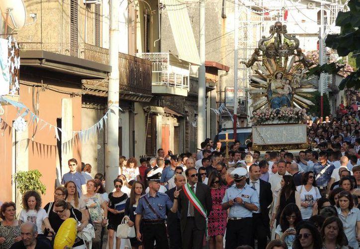 Imagen de los habitantes de Oppidio Mamertina, un pequeño pueblo calabrés, celebrando la tradicional procesión de la Virgen de las Gracias. (Agencias)