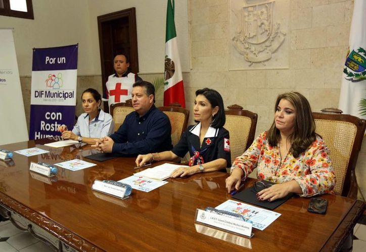 La Presidenta de damas Voluntarias de la Cruz Roja en Mérida, María Alam de Gene (c), detalló cómo está listo el organismo para atender cualquier contingencia, no solo ambiental. (SIPSE)