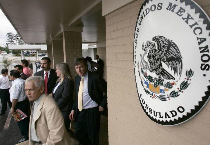 Imagen de archivo de visitantes saliendo del consulado mexicano en Little Rock, Arkansas. (Agencias)