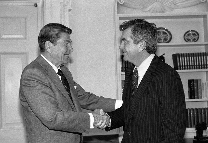 Ronald Reagan (izq.), presidente de EU en los años 80, saluda a Jerry Parr, agente del Servicio Secreto que le salvó la vida cuando, luego de que el mandatario sufriera un atentado. Parr falleció este viernes. La foto es de 1985. (Archivo/AP)