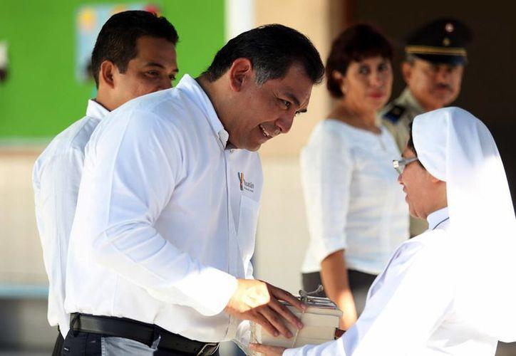 Víctor Caballero Durán, secretario general de Gobierno durante una visita a una asociación religiosa en Mérida. (Milenio Novedades)