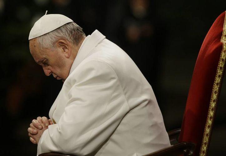 El Papa Francisco invocó a Dios para que refuerce la fe de los fieles y que esta no se derrumbe ante la tentación. (Agencias)