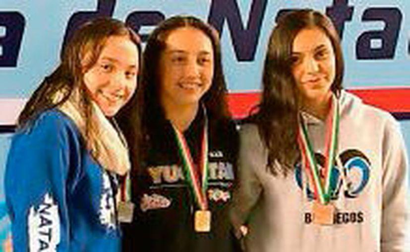Mariana Gil Ortega (c) consiguió dos medallas de oro en estilo pecho, una en 50 metros y otra en 100. (Fotos: Refroma)