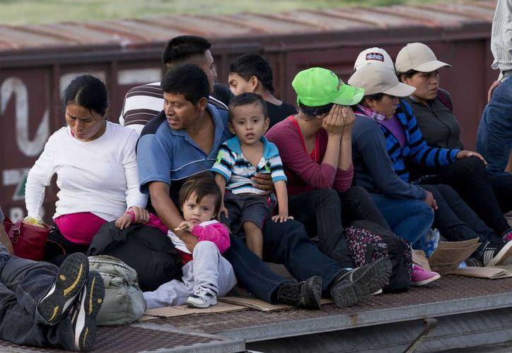 Un grupo de centroamericanos espera en Ixtepec, Oaxaca, abordar el tren que los conducirá a la frontera con EU. Desde aquí empieza el peregrinar y en el camino suelen ser víctimas de 'coyotes'. (Foto AP/Eduardo Verdugo)
