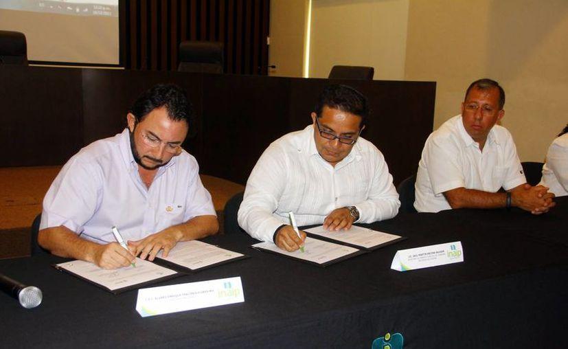 Funcionarios estatales tanto de Sefotur como del Inaip firmaron el acuerdo de transparencia. (Milenio Novedades)