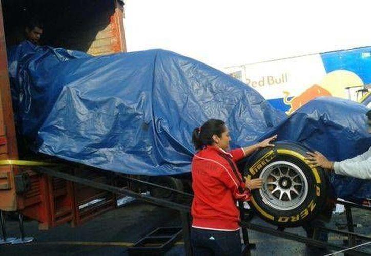 No era mercancía lo que descargaban trailers en la Central de Abastos sino 4 autos de Fórmula Uno. (Foto tomada de Milenio)