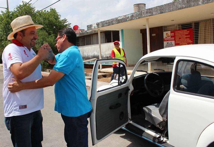 Un automovilista saluda a Francisco Torres Rivas, candidato del PRI a diputado federal por el IV Distrito, en la colonia Miguel Alemán. (SIPSE)
