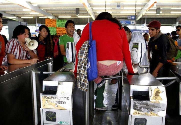 La movilización en las estaciones del Metro estuvo vigilada por efectivos policiales y  personal de la Comisión de Derechos Humanos del Distrito Federal. (Notimex)