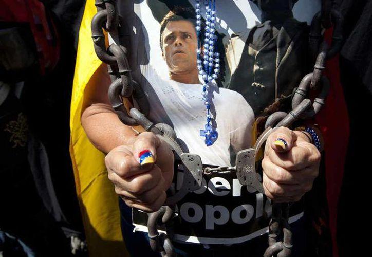 El Estado venezolano asegura estar al pendiente de la salud del opositor Leopoldo López. En la imagen, una de las tantas manifestaciones en Caracas para pedir su liberación. (Archivo/AP)