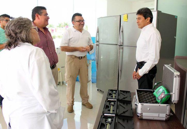 El fiscal Ariel Aldecua Kuk entregó   deshumidificadores industriales, equipo de refrigeración, aparatos de recolección de huellas, lámparas quirúrgicas led y calibradores para en el área de balística. (Milenio Novedades)