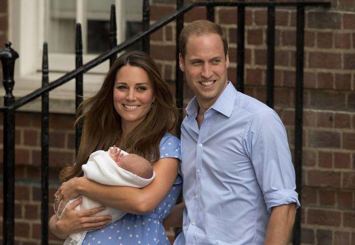 El príncipe Guillermo y Catalina, la duquesa de Cambridge, con su hijo recién nacido, el príncipe de Cambridge. (Agencias)