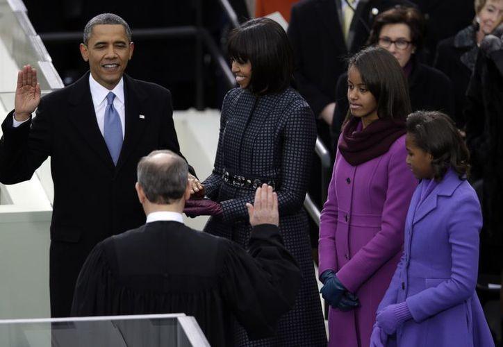 Obama juramentó con su mano sobre dos Biblias: una utilizada por el presidente Abraham Lincoln y la que utilizó el reverendo Martin Luther King, hijo. (Agencias)
