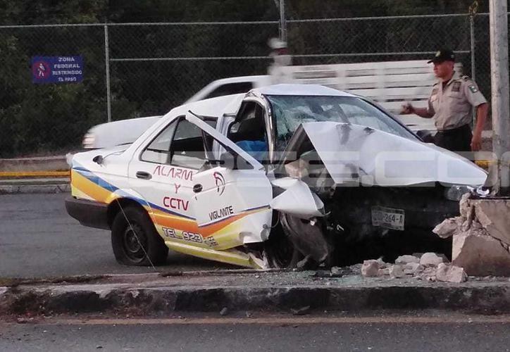 En el Tsuru viajaban como pasajero José Armando, 50 años, quien falleció en el lugar de los hechos y quedó en los asientes traseros de este automóvil. (SIPSE)