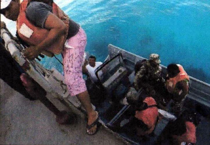 Los pescadores fueron trasladados al puerto de Progreso. (Foto: Milenio Novedades)