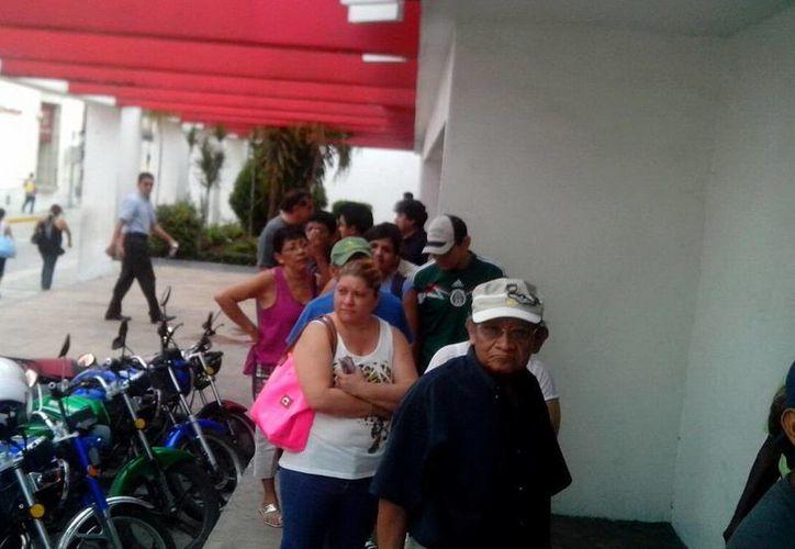 Los aficionados a la lucha libre ya han comenzado a hacer filas para obtener sus boletos para la función de este domingo en La Inalámbrica. (Milenio Novedades)