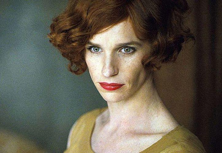 Eddie Redmayne en su papel del pintor Lili Elbe, primer hombre que se hizo  una operación para convetirse en mujer. (hitfix.com)