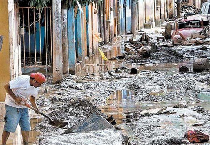 """Aspecto de una calle en Quechultenango, Guerrero, después del impacto de """"Manuel"""" en la entidad. (Milenio)"""