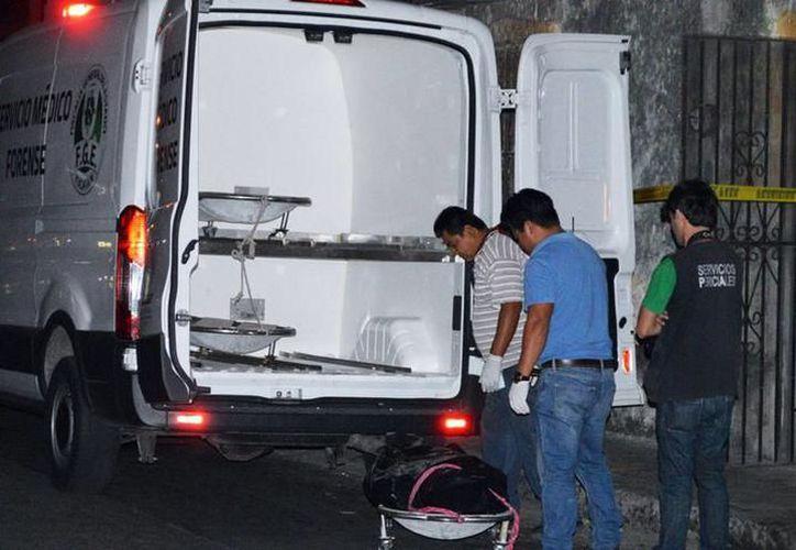 Personal del Ministerio Público y Servicios Periciales de la Fiscalía General del Estado se presentó a efectuar el levantamiento del cadáver. (SIPSE)