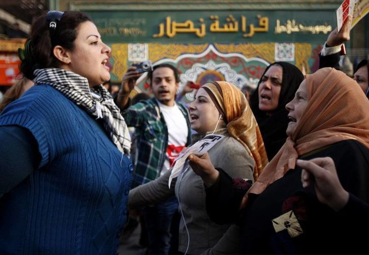 Varias mujeres egipcias se manifiestan en la emblemática plaza de Tahir en El Cairo. (EFE)