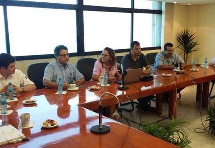 La reunión entre directivos de Grupo Modelo y de la API Progreso para afinar detalles del establecimiento de la compañía cervecera en Yucatán. (Óscar Pérez/SIPSE)