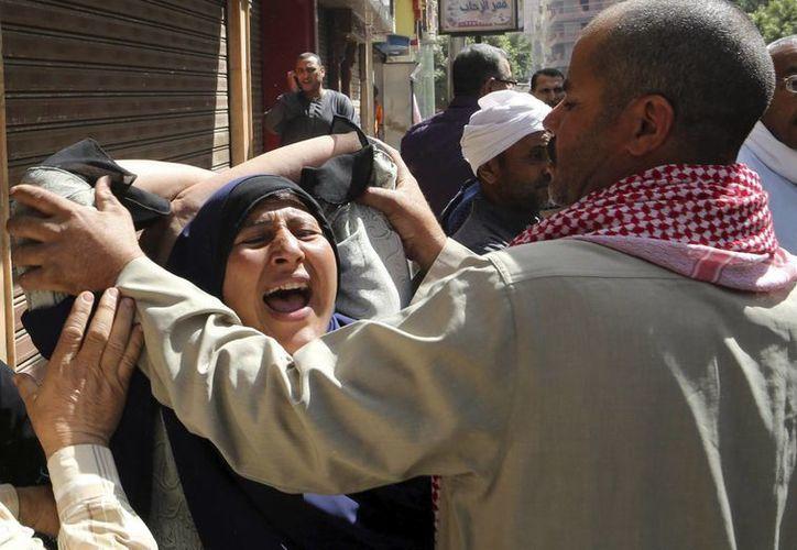 Familiares de presuntos seguidores de los Hermanos Musulmanes reaccionan tras conocer el fallo. (EFE)